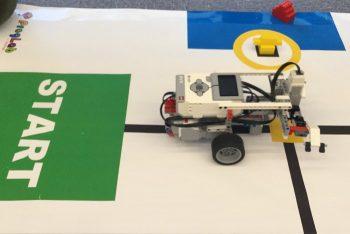 競技コースを走るロボット