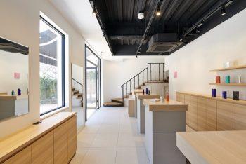 サロン受付と限定6席のカフェが併設された1階スペース