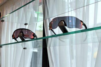 レンズがカーブしているサングラス